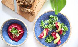 Rote-Rüben Hummus auf Knusperbrot